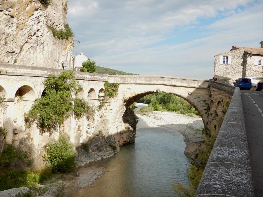 spans the Ouveze River