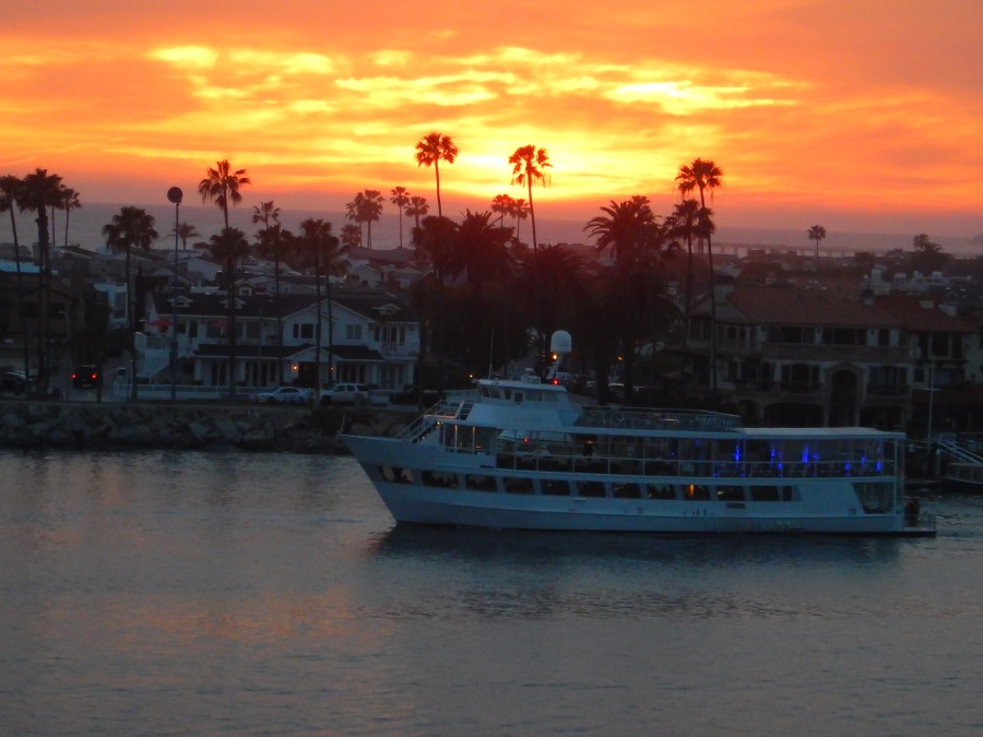 The evening harbor cruise enjoys a beautiful evening